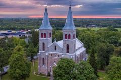 Rapla kirik suvises päikesetõusus